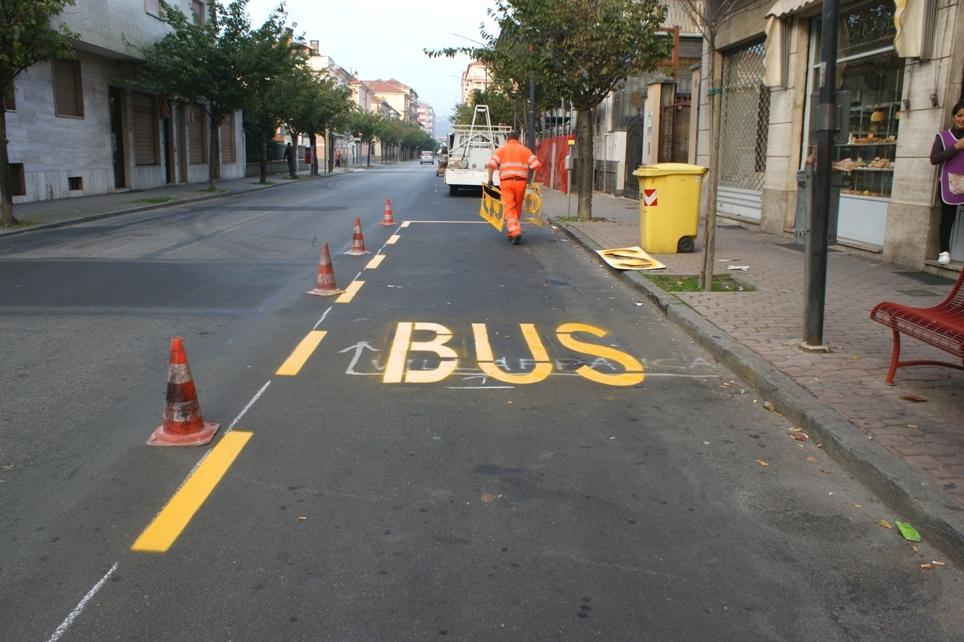 il tracciamento delle linee gialle alla fermata dei bus