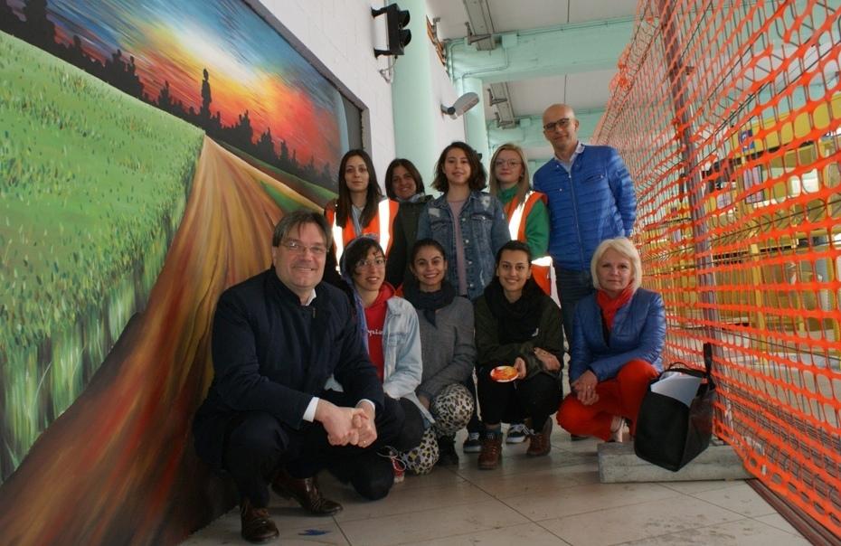 Sei ragazze del Liceo ieri con i rappresentanti di Comune e Asp e la docente tutor