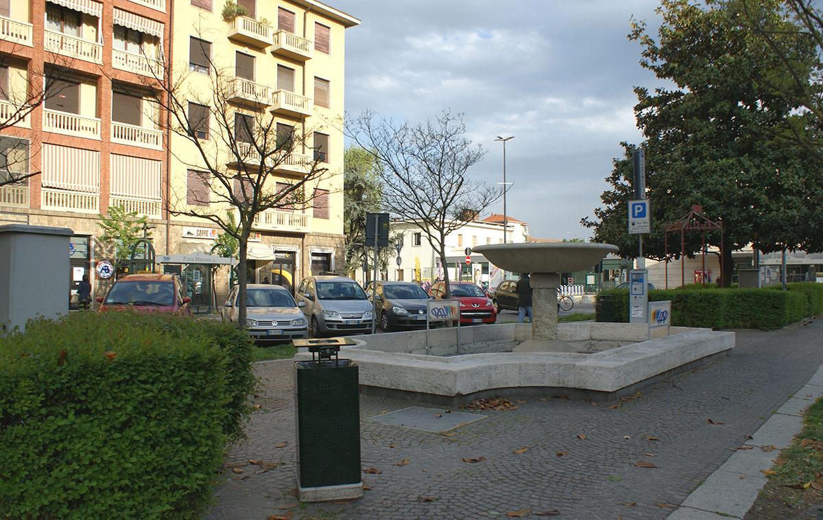 Uno dei sei cestini portarifiuti posizionati dall'Asp vicino alla fontana