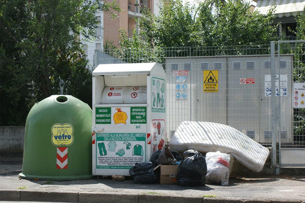 Due esempi di inciviltà nel centro urbano di Asti