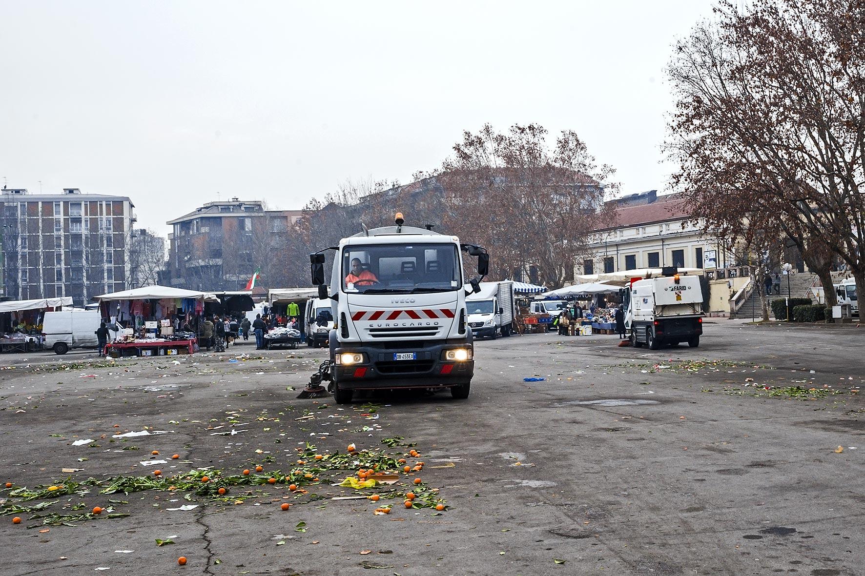 Pulizia del mercato ortofrutticolo di Piazza Campo del Palio