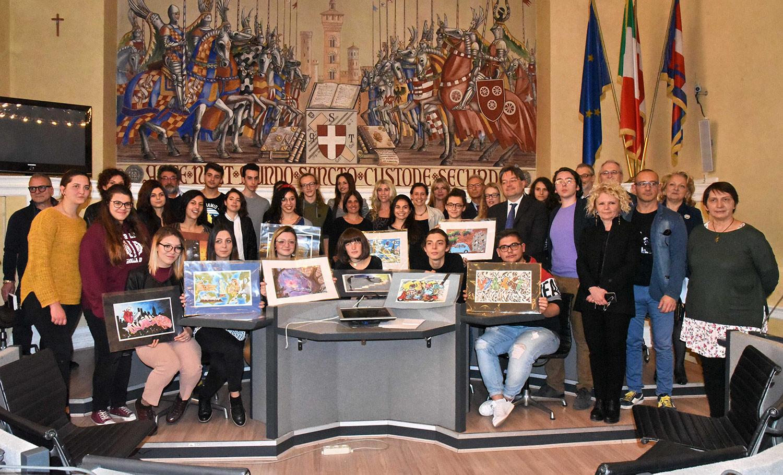 Foto di gruppo con studenti, organizzatori, artisti, insegnanti e tutor