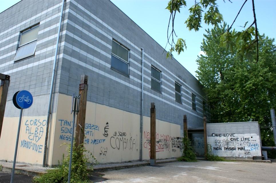 i muri abbruttiti dalle scritte del centro civico Dalla Chiesa