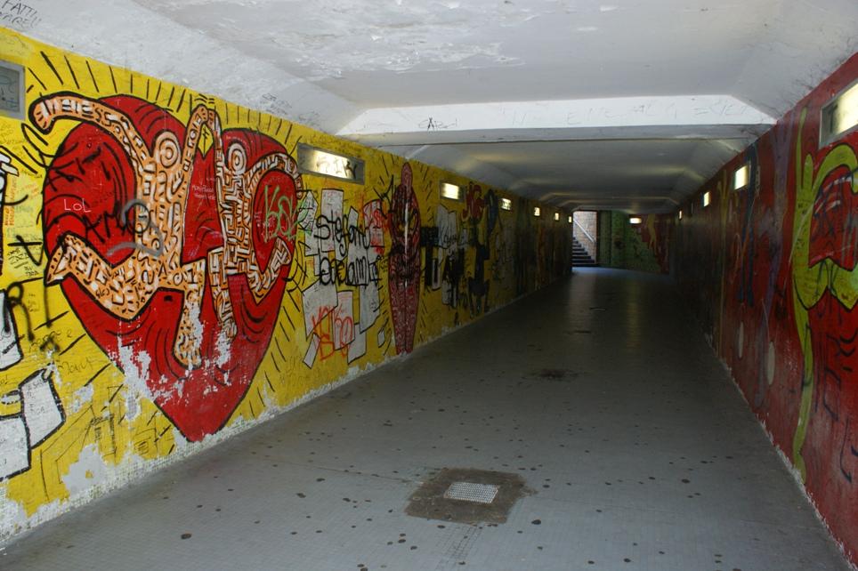 i muri da ridipingere del sottopassaggio che conduce alla stazione ferroviaria