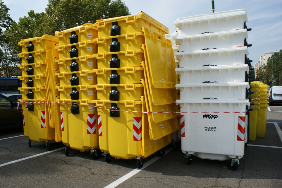 una batteria di cassonetti che saranno usati alle Sagre
